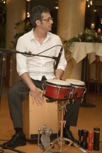 Musiker beim Cajon spielen