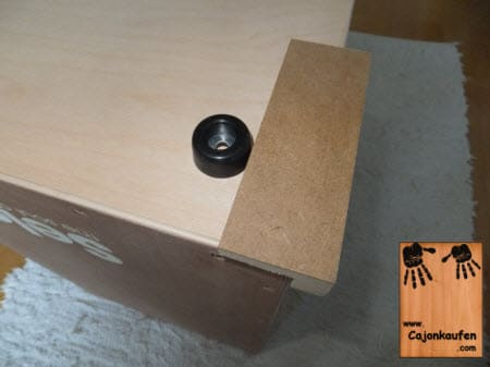 Montage der Gummifüße für das Cajon - wichtig für einen sauberen und festen Stand